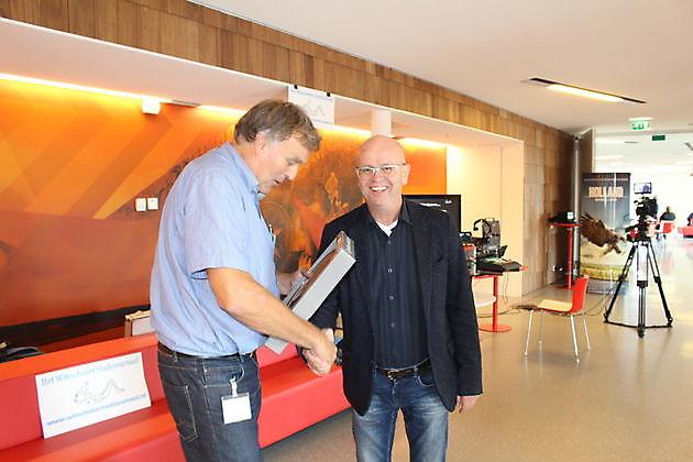Het Winschoter Stadsjournaal overhandigt cadeau aan directeur Leo Hegge van Cultuurhuis De Klinker - Stichting Het Winschoter Stadsjournaal