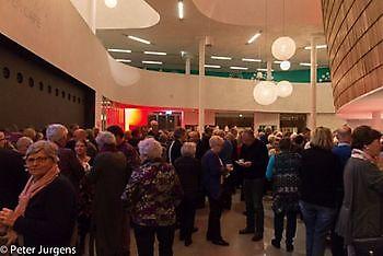 Het publiek wacht in De Klinker tot de grote zaal open gaat Stichting Het Winschoter Stadsjournaal