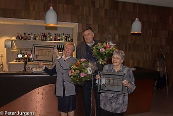 Betty en Dieneke met het logo van Winschoter Stadsjournaal Stichting Het Winschoter Stadsjournaal