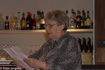 Tante Betty Witter met haar dankwoord Stichting Het Winschoter Stadsjournaal