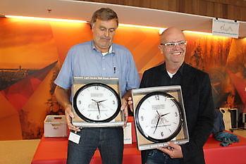 Het Winschoter Stadsjournaal overhandigt cadeau aan directeur Leo Hegge van Cultuurhuis De Klinker Stichting Het Winschoter Stadsjournaal